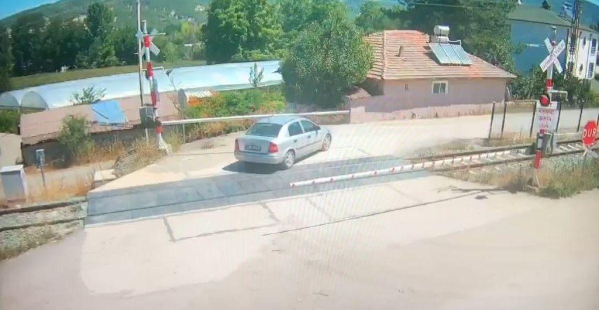 Amasya da bir otomobil, trenin altında kalmaktan son anda kurtuldu #2