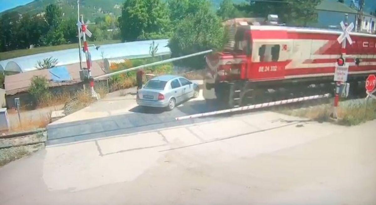 Amasya da bir otomobil, trenin altında kalmaktan son anda kurtuldu #4