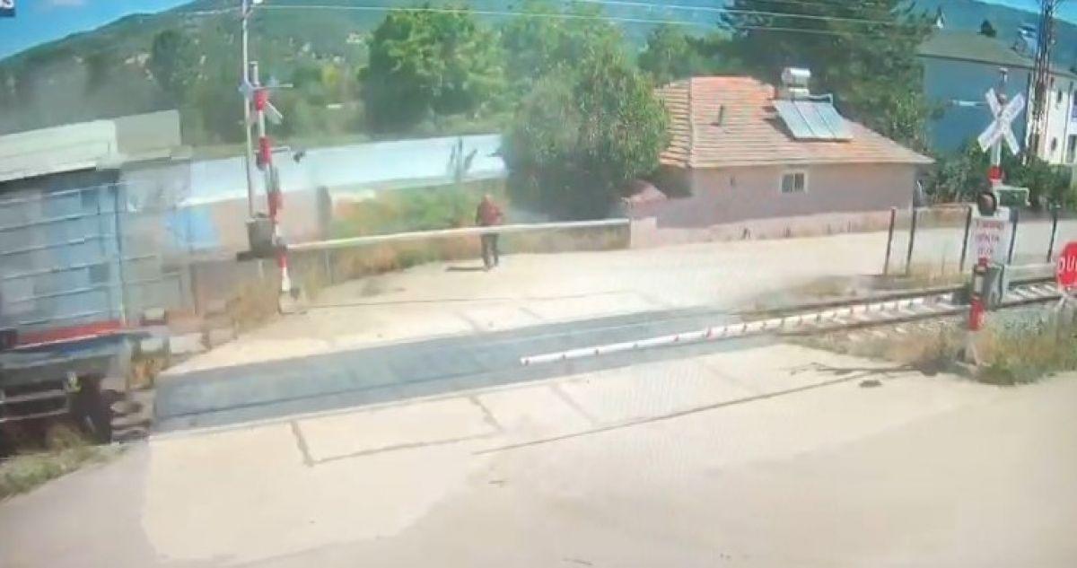 Amasya da bir otomobil, trenin altında kalmaktan son anda kurtuldu #6