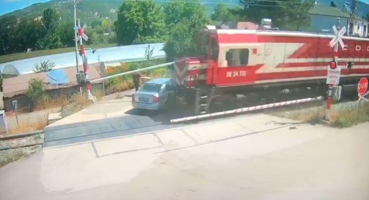 Amasya da bir otomobil, trenin altında kalmaktan son anda kurtuldu #1