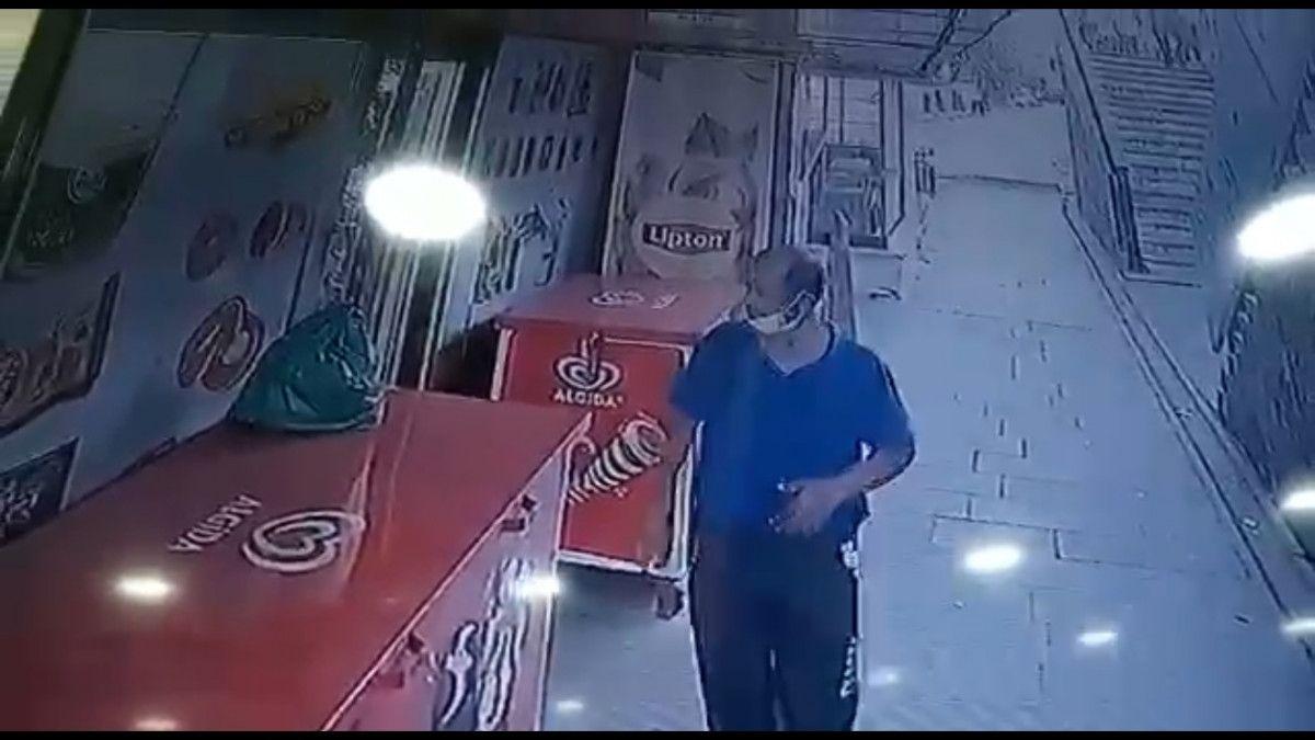 Küçükçekmece de market sahibinin parasını alıp kaçan hırsız kamerada #1