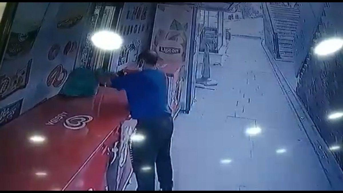 Küçükçekmece de market sahibinin parasını alıp kaçan hırsız kamerada #2