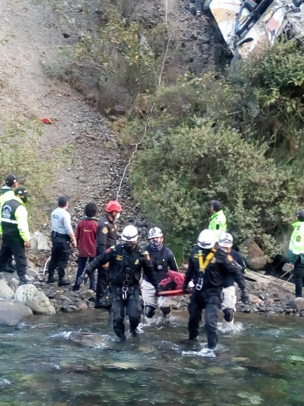 Peru'da otobüs uçuruma yuvarlandı: 29 ölü #2