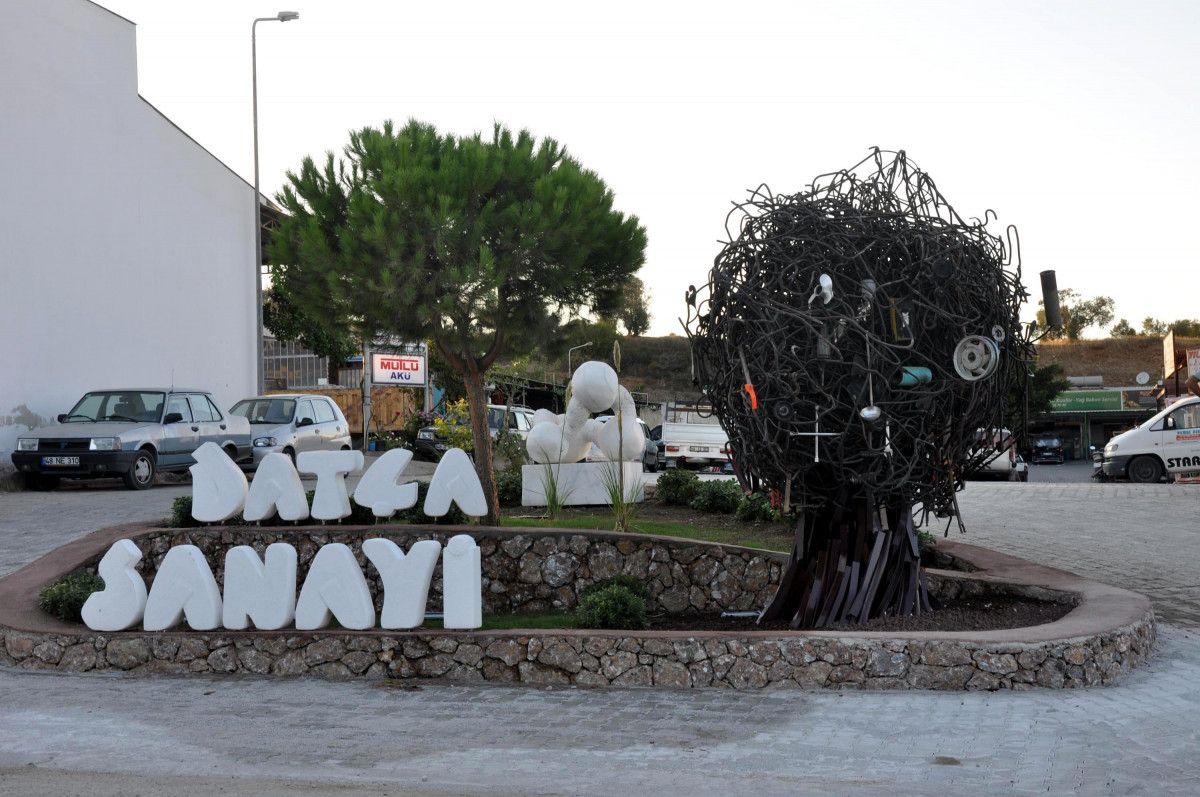 CHP li Datça Belediyesi nin Sanayi Ağacı heykelinin açılışı, kimse gelmeyince ertelendi #1
