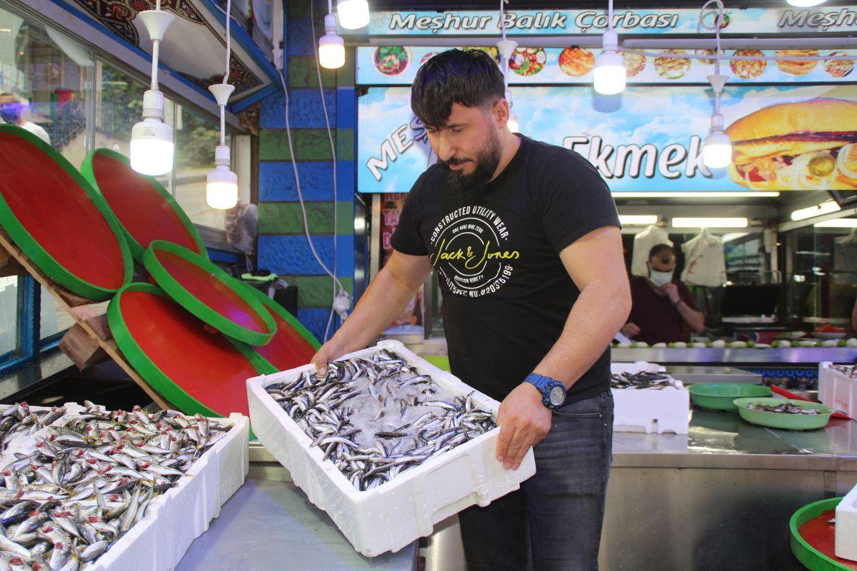 Rize'de kilosu 5 TL ye düşen istavrit, kasalarla satılıyor #8