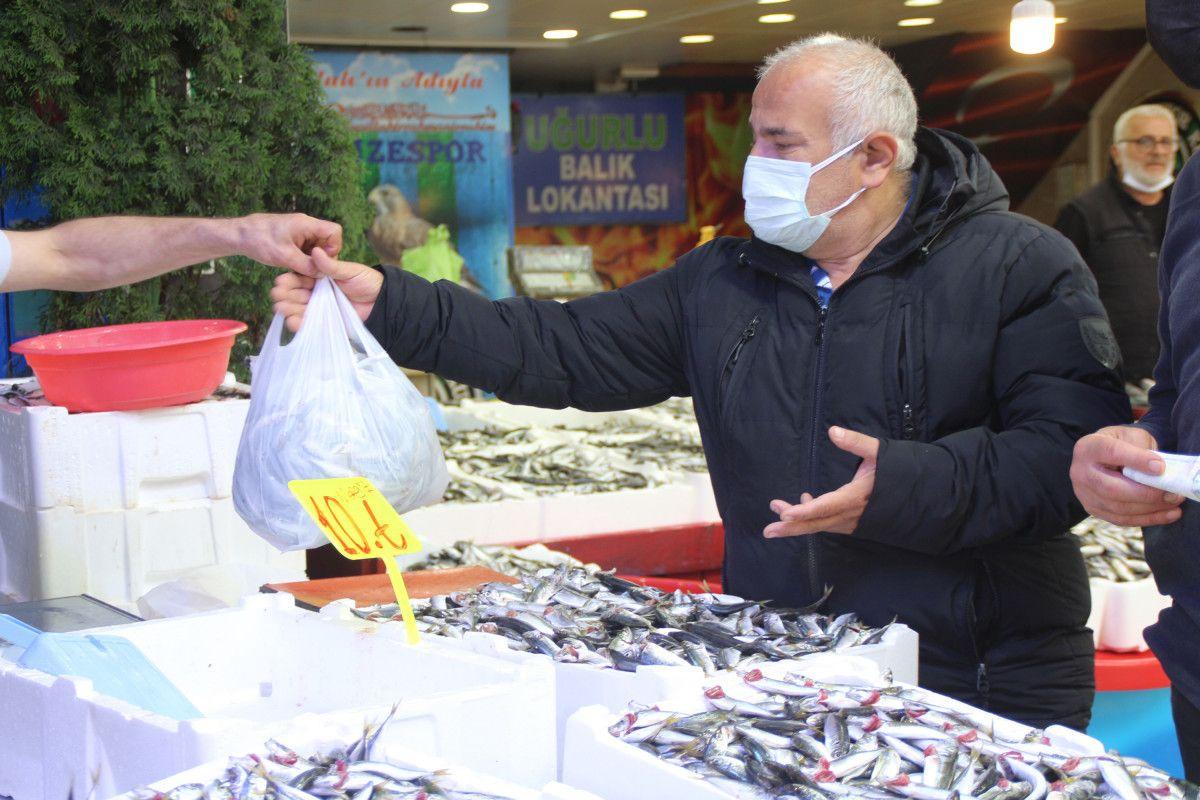 Rize'de kilosu 5 TL ye düşen istavrit, kasalarla satılıyor #9