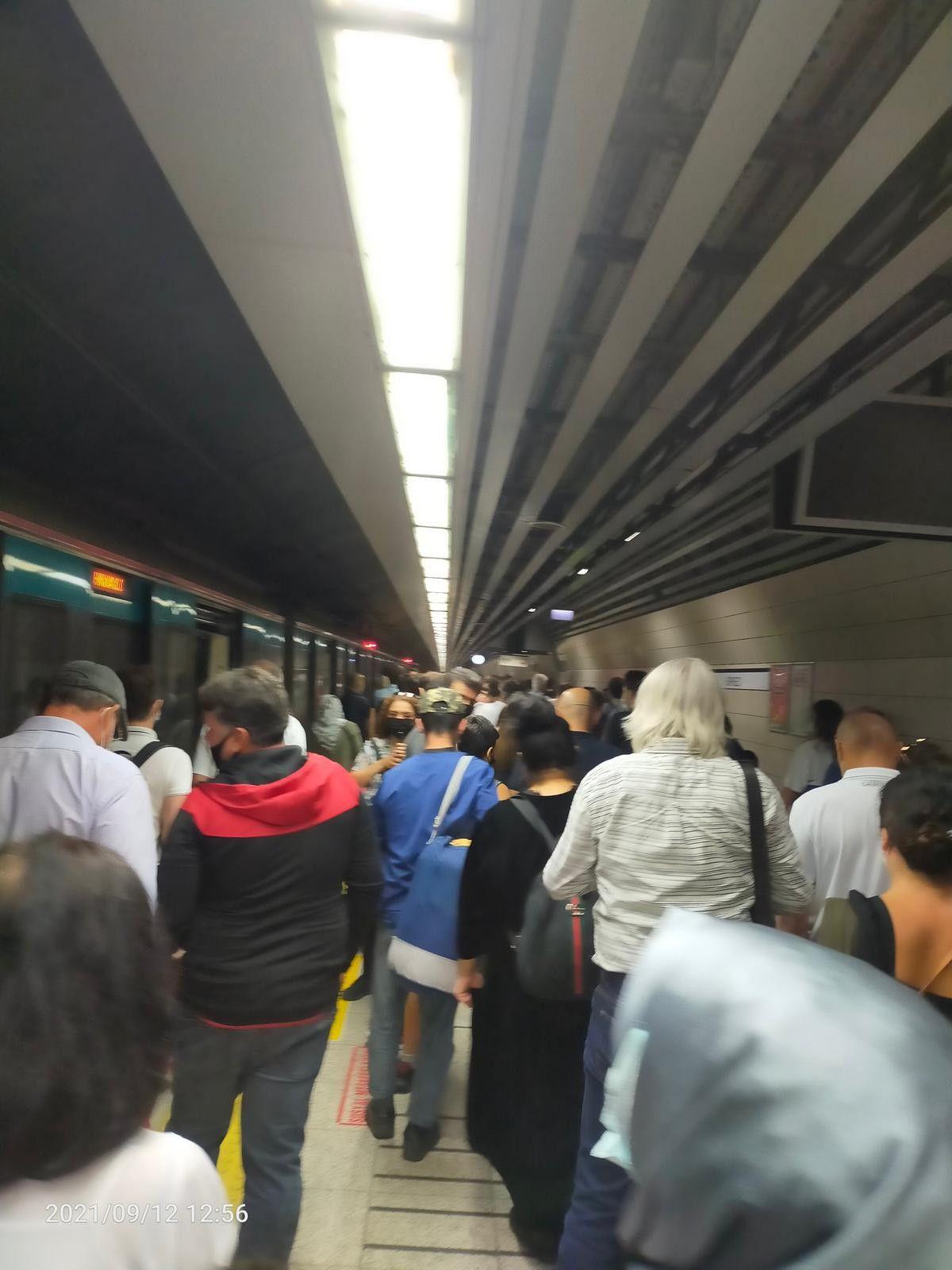 Marmaray arızalandı, yolcular rayların üzerinde yürüdü #8