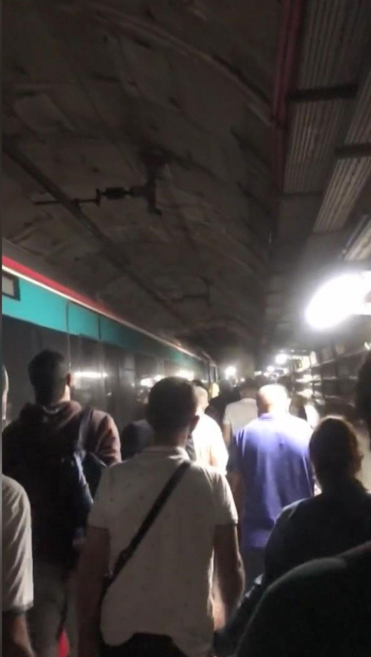 Marmaray arızalandı, yolcular rayların üzerinde yürüdü #4