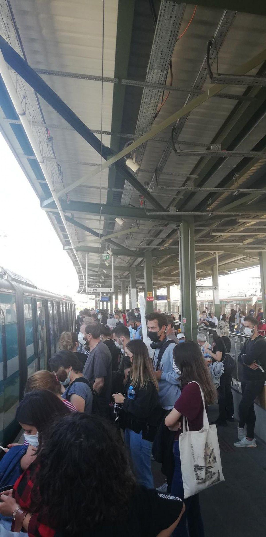 Marmaray arızalandı, yolcular rayların üzerinde yürüdü #10