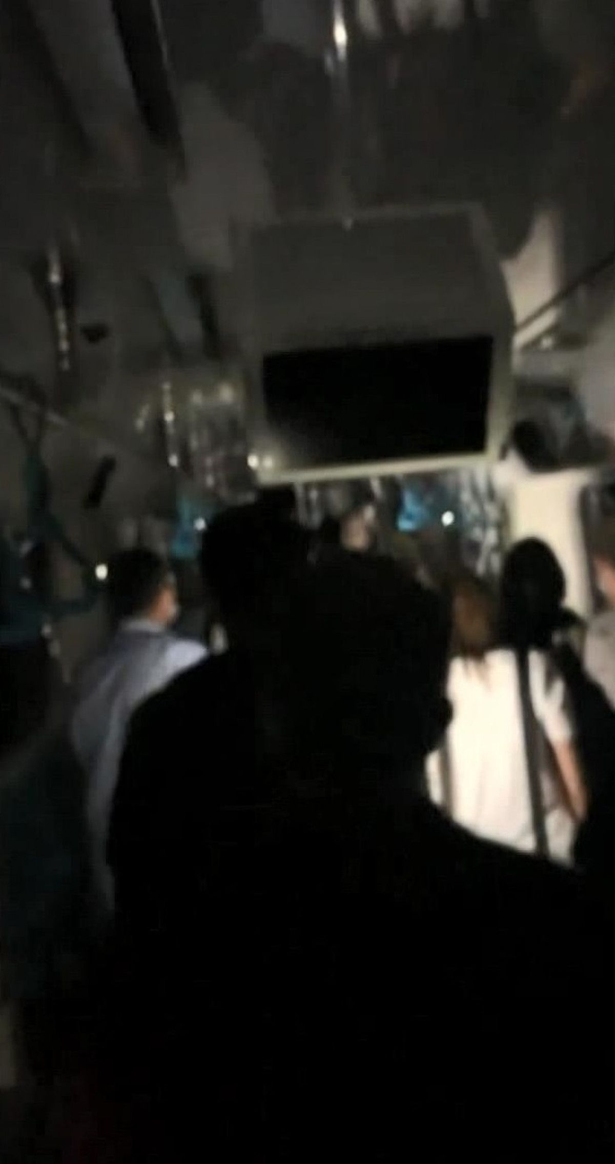 Marmaray arızalandı, yolcular rayların üzerinde yürüdü #5