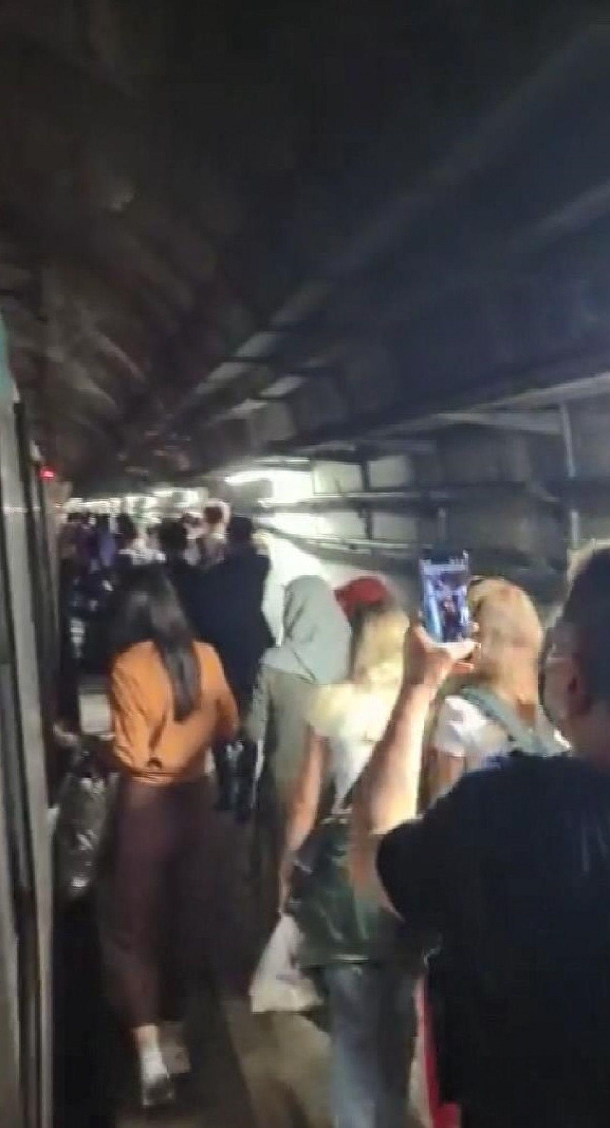 Marmaray arızalandı, yolcular rayların üzerinde yürüdü #3