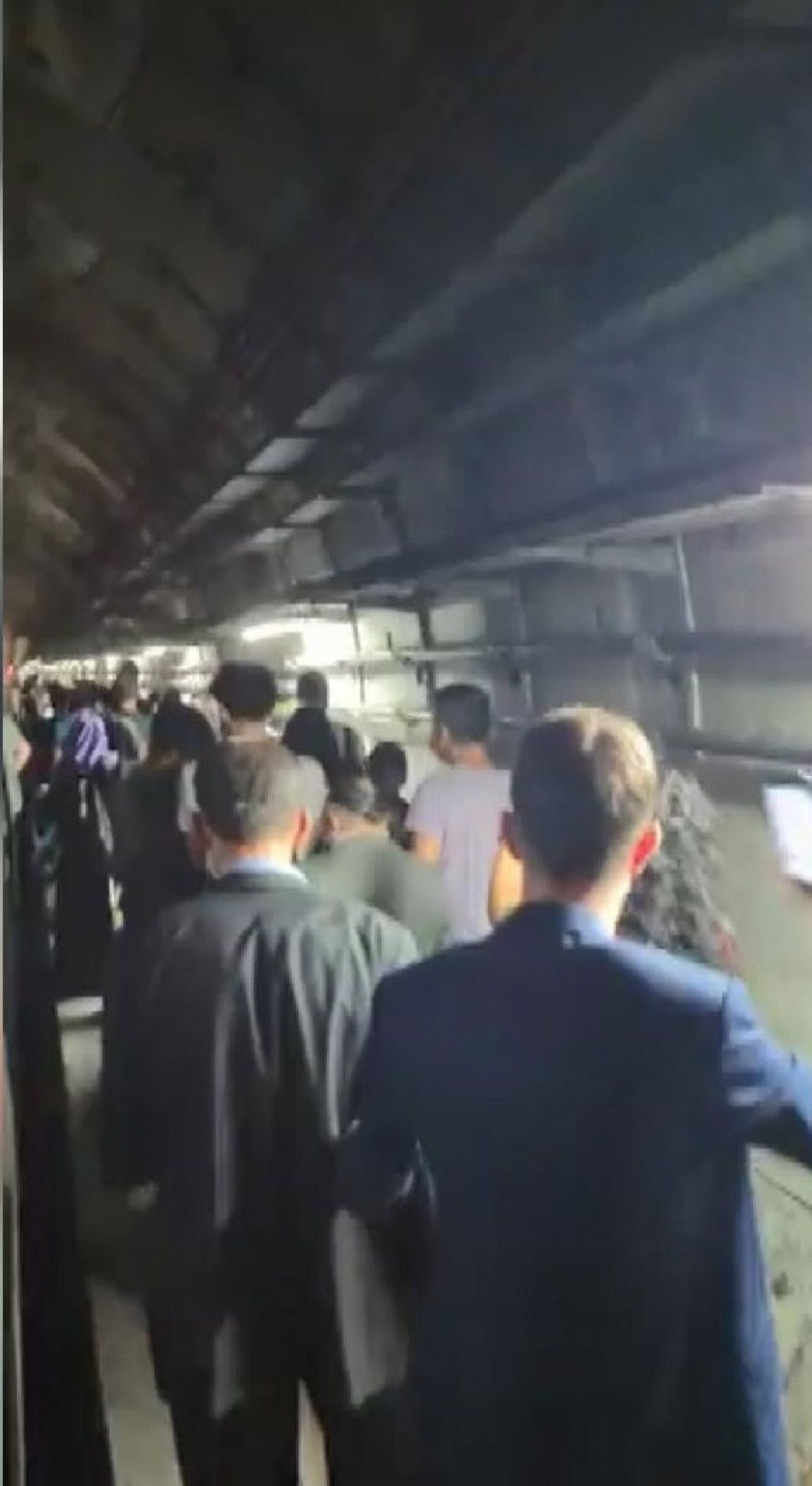 Marmaray arızalandı, yolcular rayların üzerinde yürüdü #1