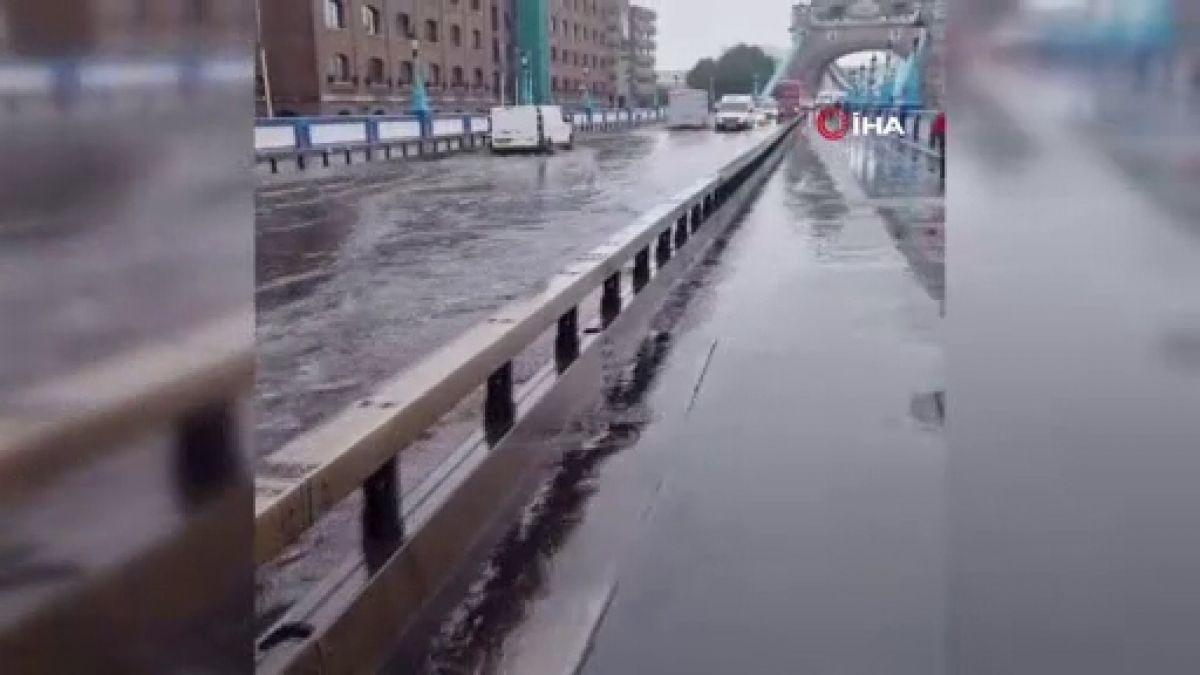 Londra daki Tower Bridge Köprüsü sular altında kaldı #1