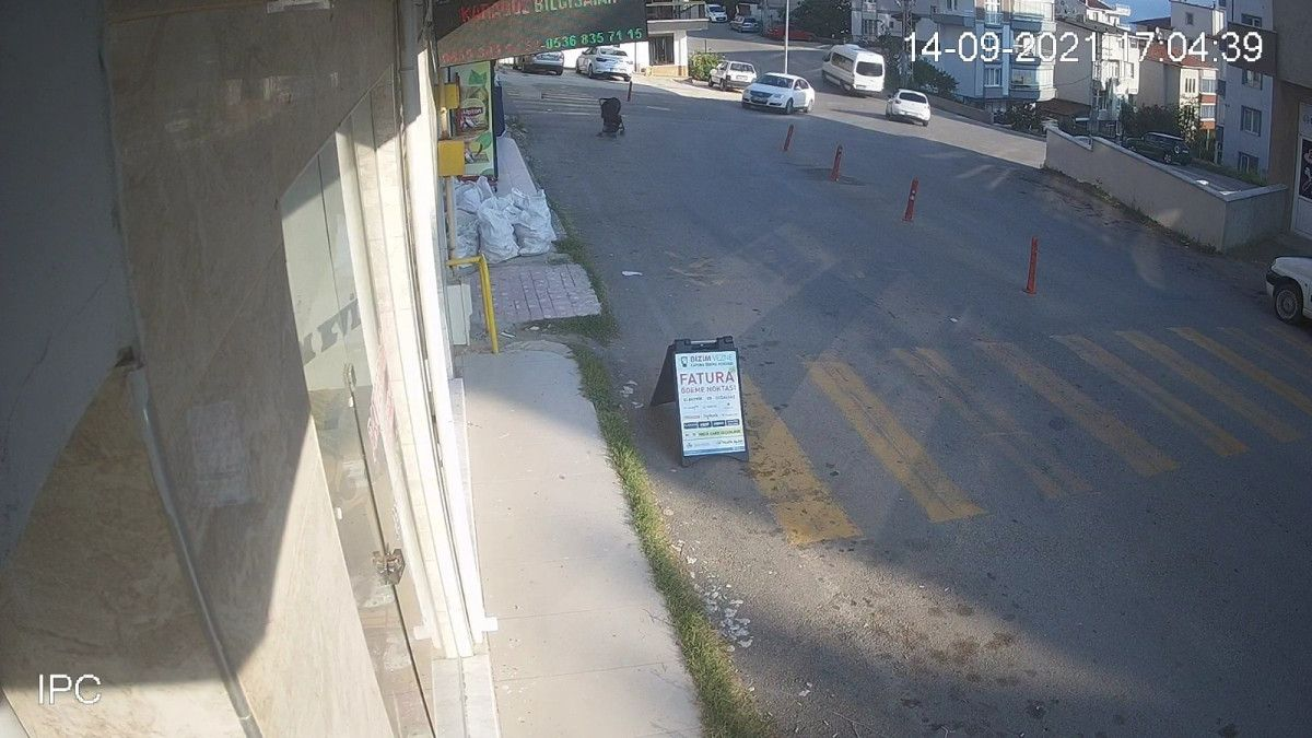 Sinop ta içinde çocuk olan bebek arabası yokuştan kayıp, 3 metreden düştü #4
