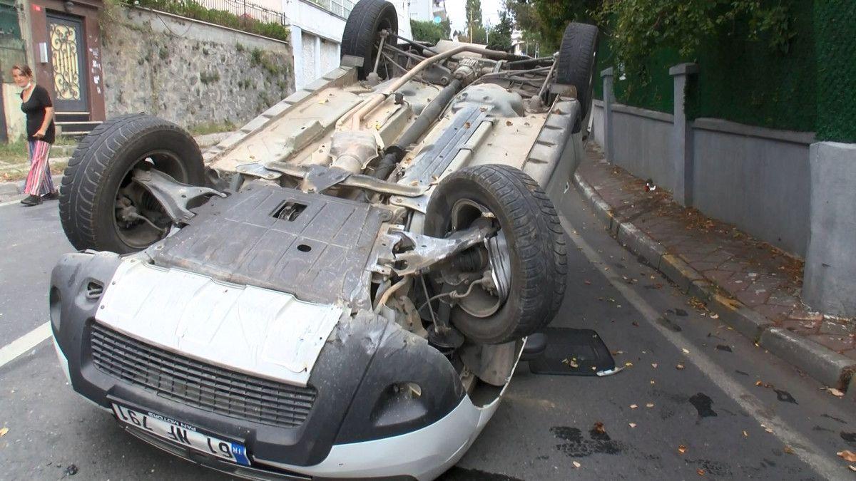 Sarıyer de sürücü, aracını kaldırıma çarparak takla attı #1