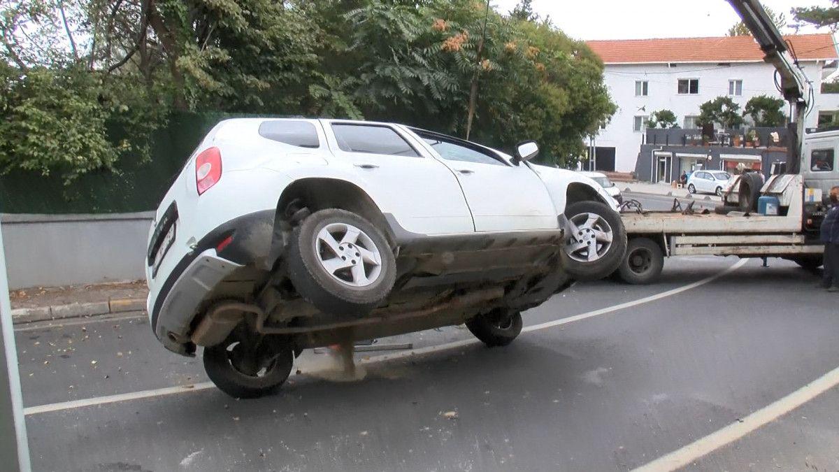 Sarıyer de sürücü, aracını kaldırıma çarparak takla attı #8