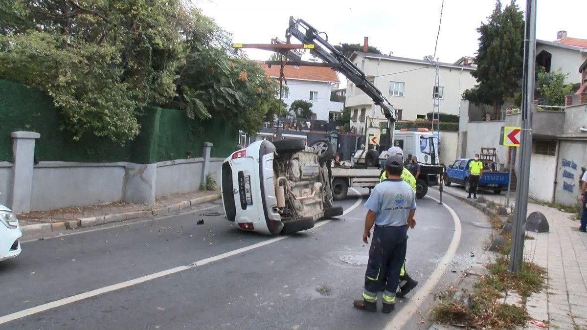 Sarıyer de sürücü, aracını kaldırıma çarparak takla attı #6