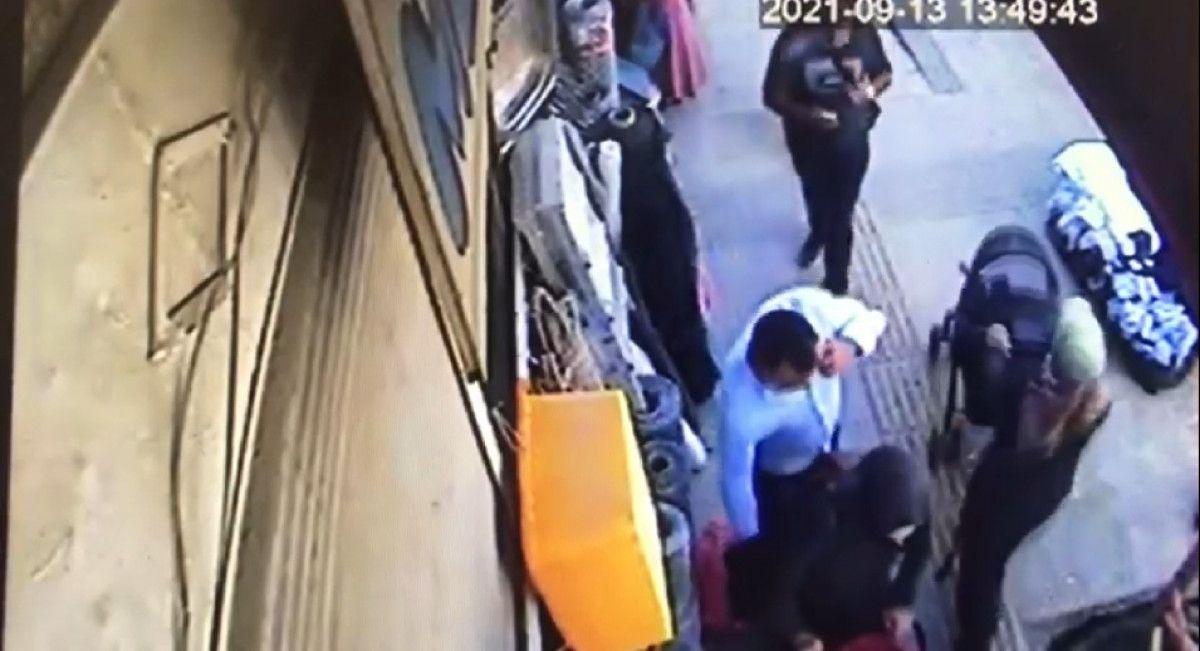 Van da bebek arabasıyla yürüyen kadının telefonu çalındı #4