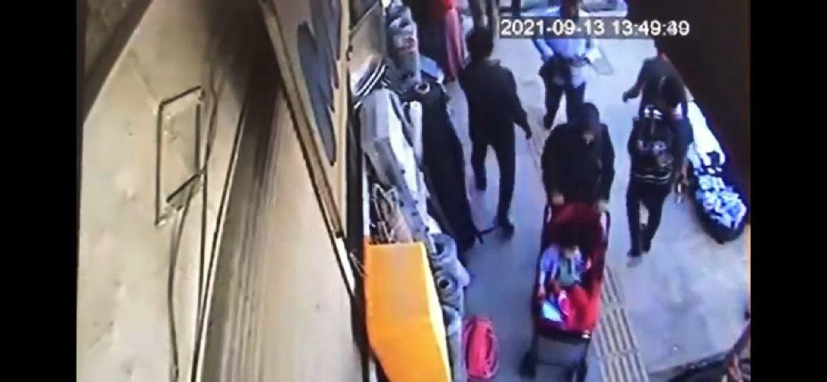 Van da bebek arabasıyla yürüyen kadının telefonu çalındı #1