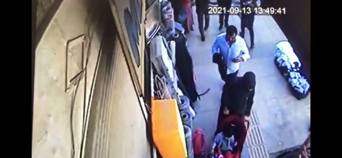 Van da bebek arabasıyla yürüyen kadının telefonu çalındı #2