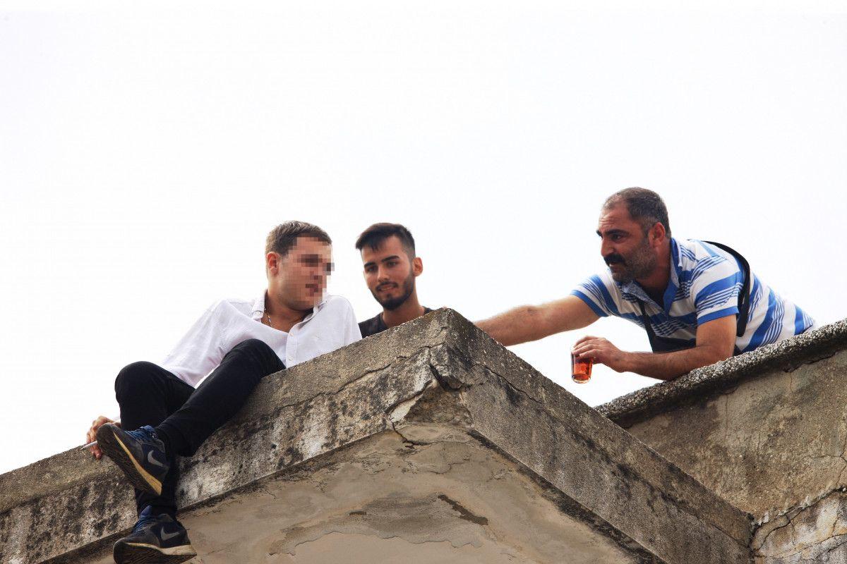Antalya da intihara kalkışan genç, ikram edilen çayı alınca çatıdan indirildi #2