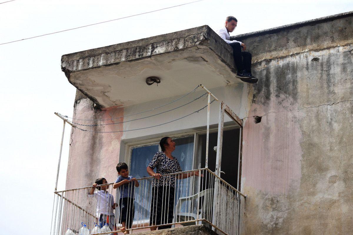 Antalya da intihara kalkışan genç, ikram edilen çayı alınca çatıdan indirildi #1