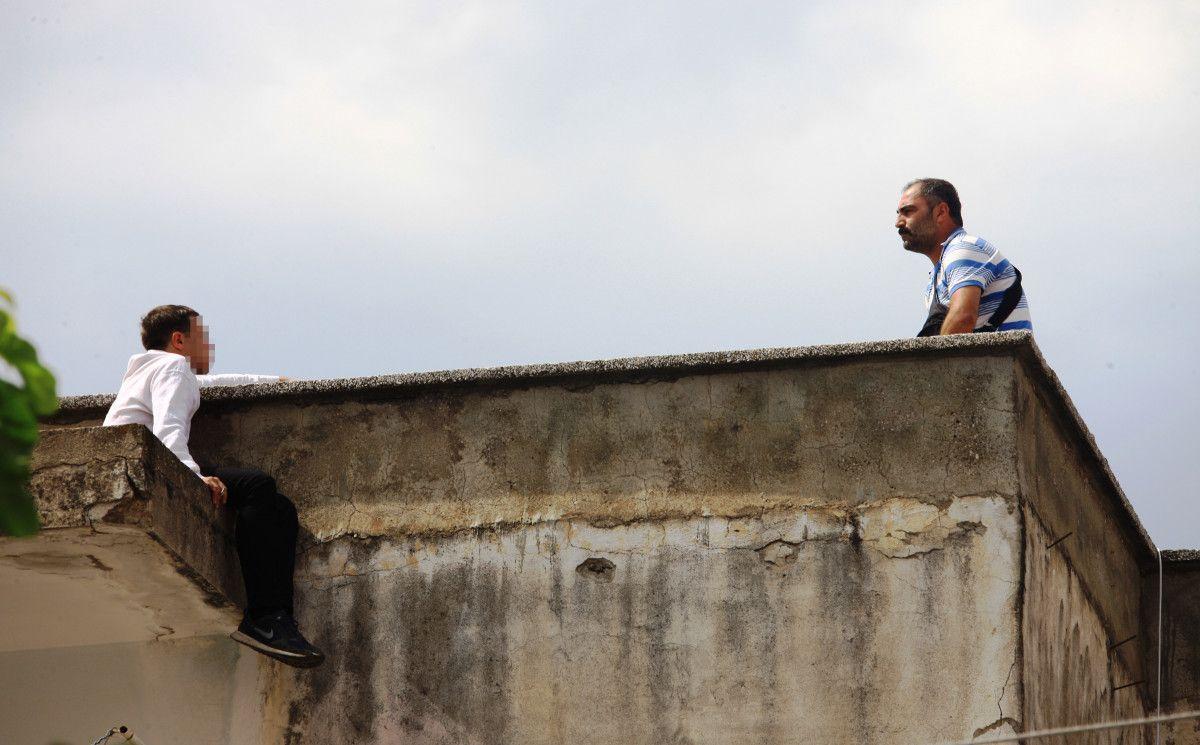 Antalya da intihara kalkışan genç, ikram edilen çayı alınca çatıdan indirildi #3