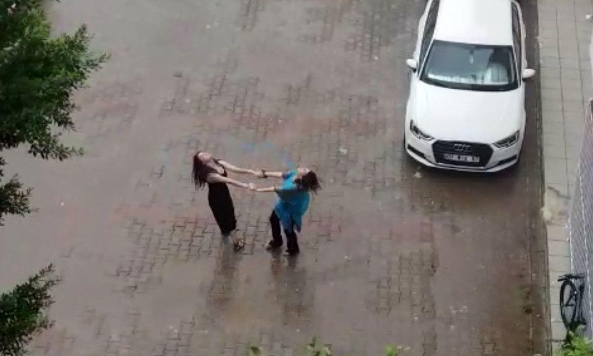 Antalya da iki kadın yağmur altında dans etti #1