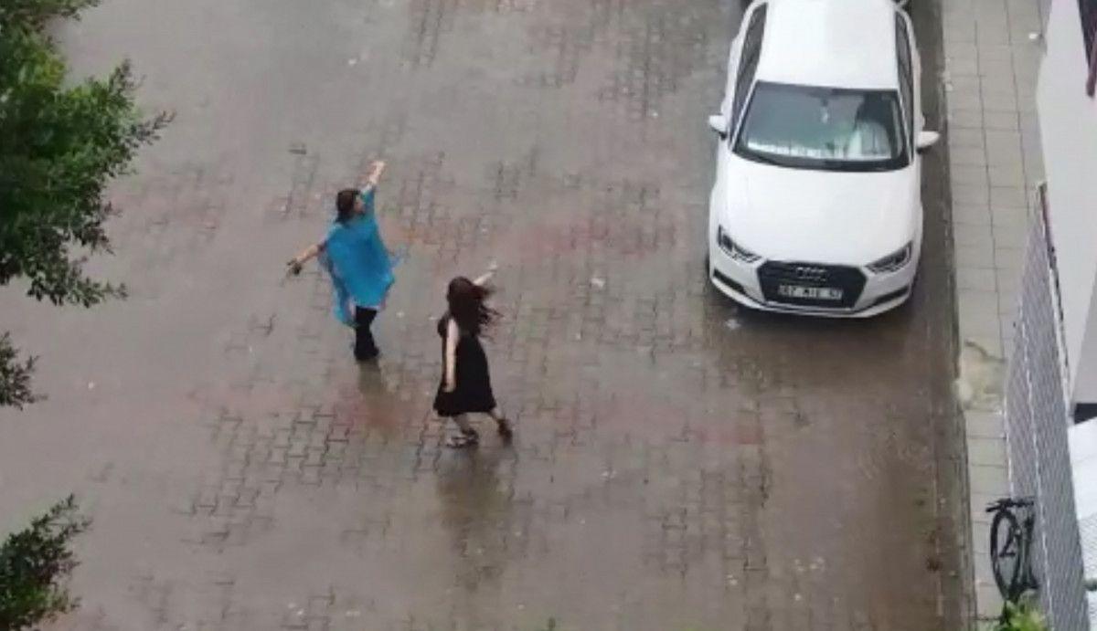 Antalya da iki kadın yağmur altında dans etti #2