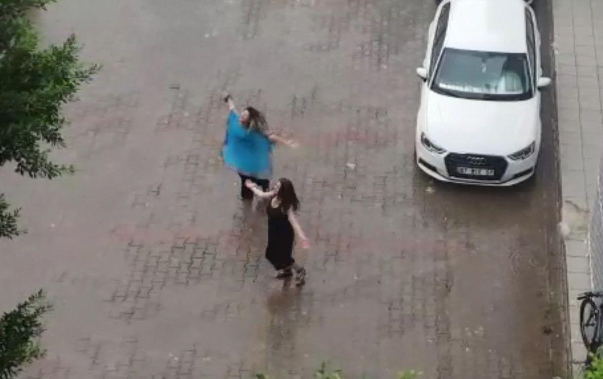 Antalya da iki kadın yağmur altında dans etti #3
