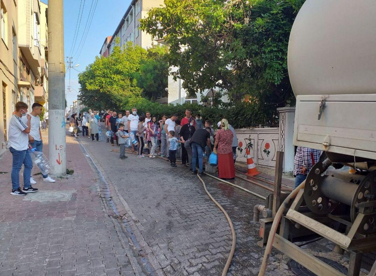 Tekirdağ Çorlu da vatandaş su almak için sokağa döküldü #2
