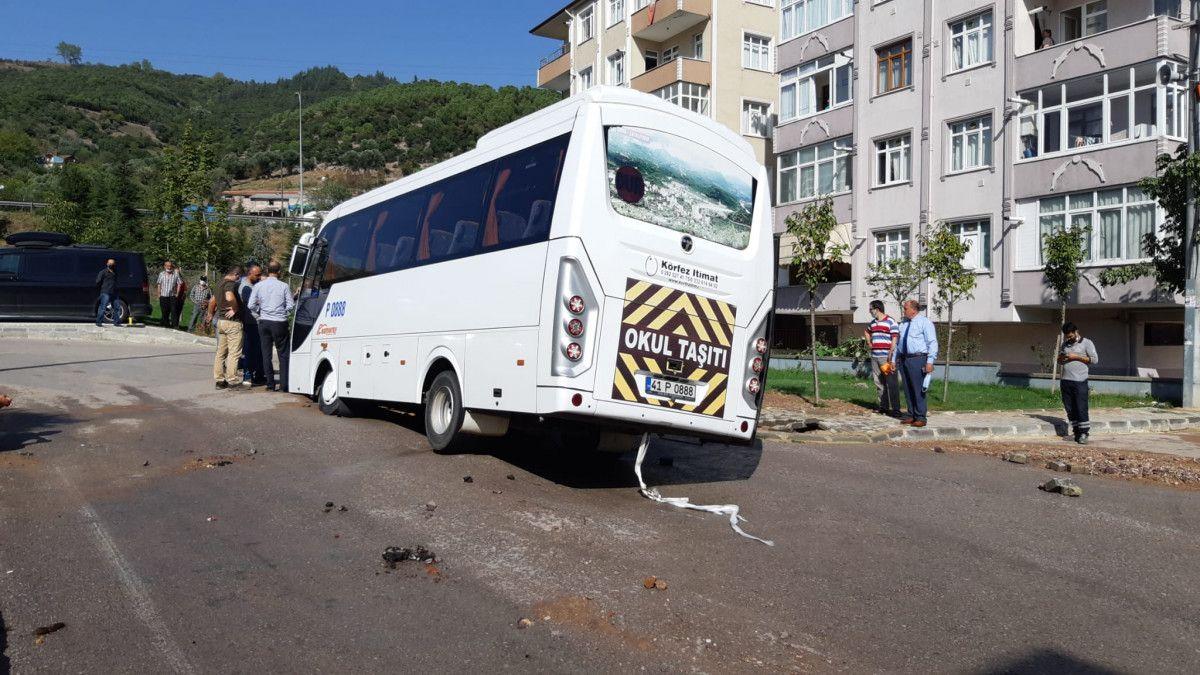 Kocaeli de midibüs, su borusu patlayınca oluşan çukura girdi #2