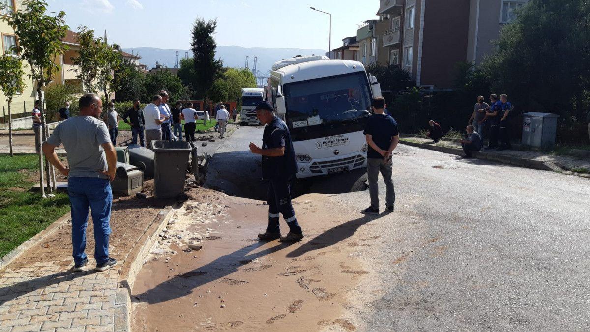 Kocaeli de midibüs, su borusu patlayınca oluşan çukura girdi #4
