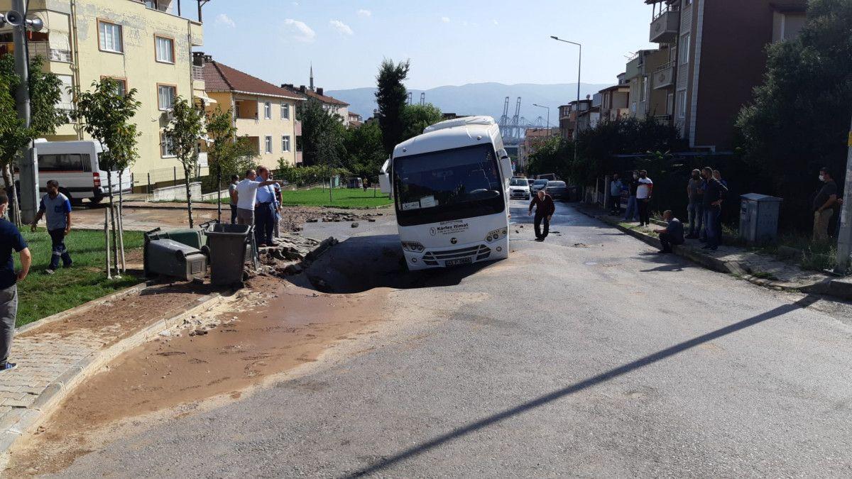 Kocaeli de midibüs, su borusu patlayınca oluşan çukura girdi #3