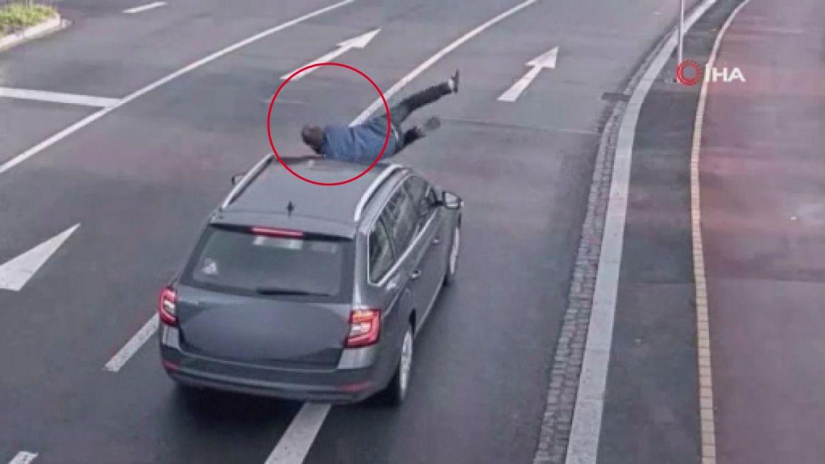 Çekya  da aniden aracın önüne atlayan şahıs, kalkıp yoluna devam etti #1