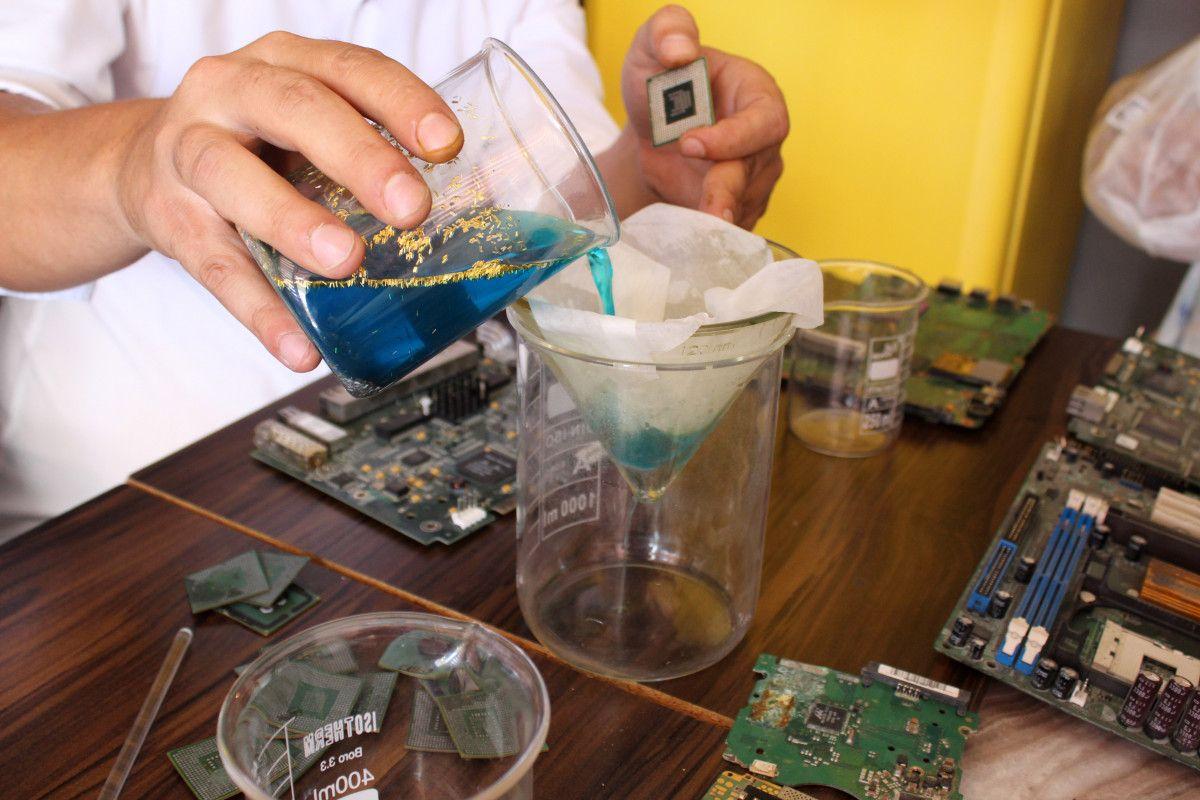 Antalya da iki arkadaş elektronik atıklardaki altınları ayrıştırıyor #6