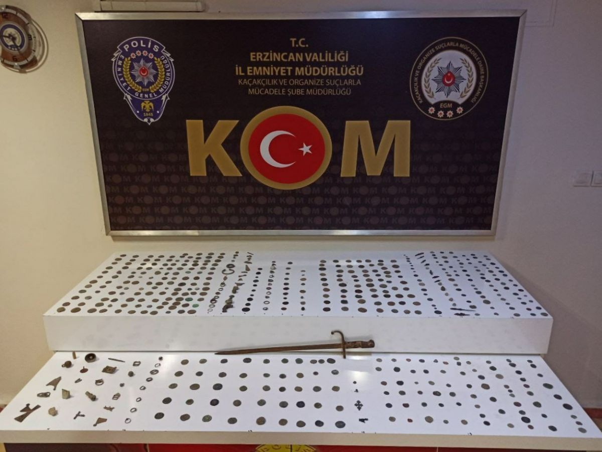 Erzincan'da minibüs içinde 543 adet tarihi eser ele geçirildi #1