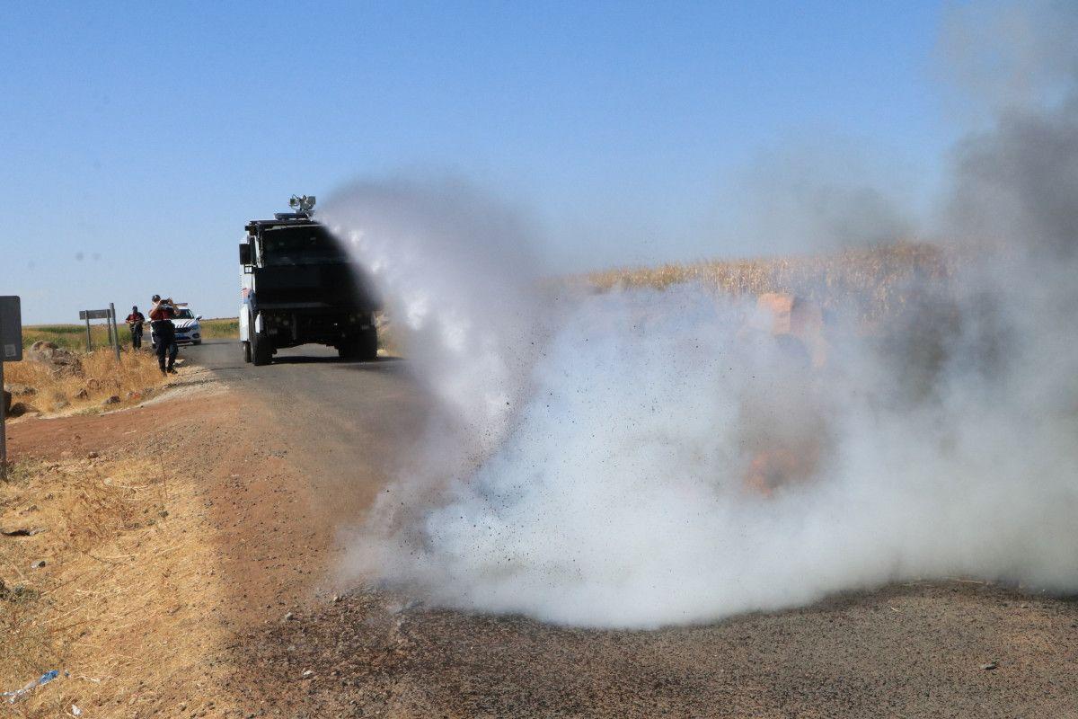 Şanlıurfa da kaçak elektrik kullananlara yapılan denetimde lastik yakıldı #11