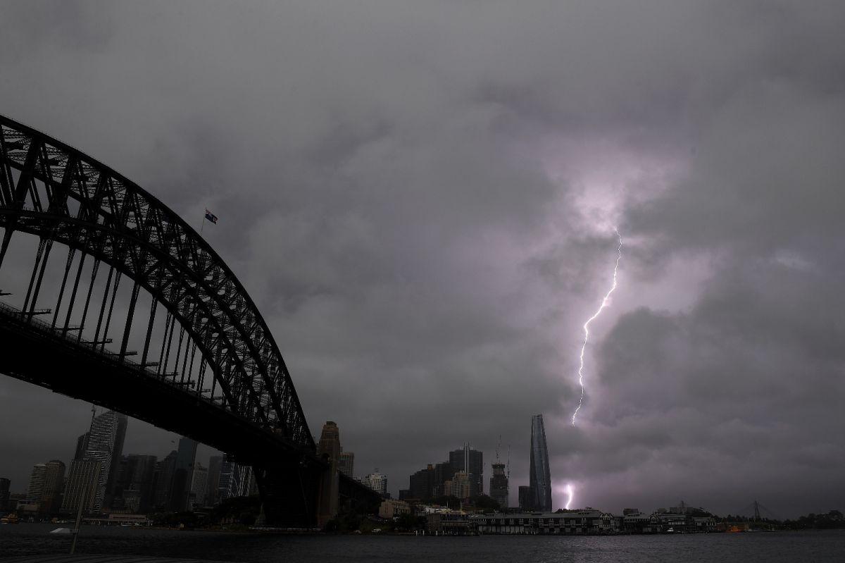 Sydney de dolu fırtınası: AVM nin tavanı çöktü #2