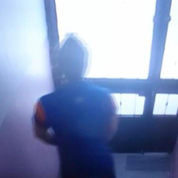 Beyoğlu'nda, kargo görevlisi apartmana idrarını yaptı