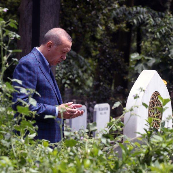 Erdoğan, babası ve annesinin kabristanını ziyaret etti
