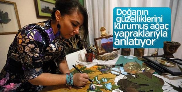 Kurumuş ağaç yapraklarından sanat eserleri üretiyor