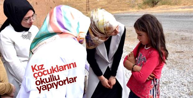 Kapı kapı gezip kız çocuklarını okula kazandırıyorlar