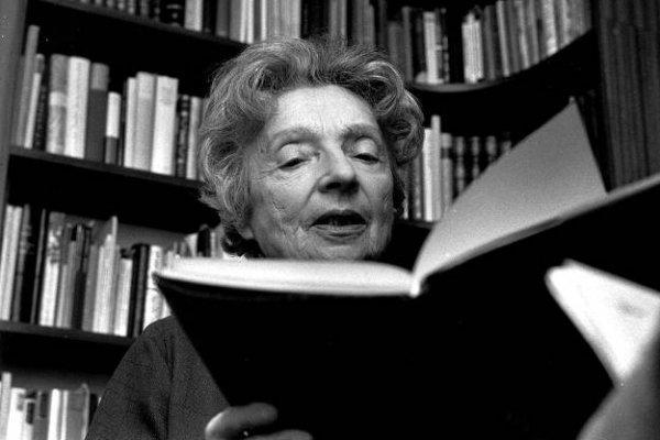 Dünyaca ünlü kadın yazarların kitap okuduğu anları #2