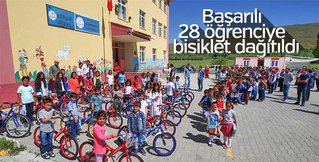 Başarılı öğrencilere bisiklet hediye eden öğretmen