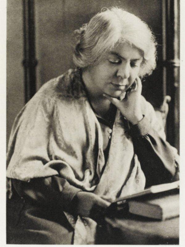 Dünyaca ünlü kadın yazarların kitap okuduğu anları #9