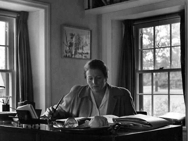 Dünyaca ünlü kadın yazarların kitap okuduğu anları #3