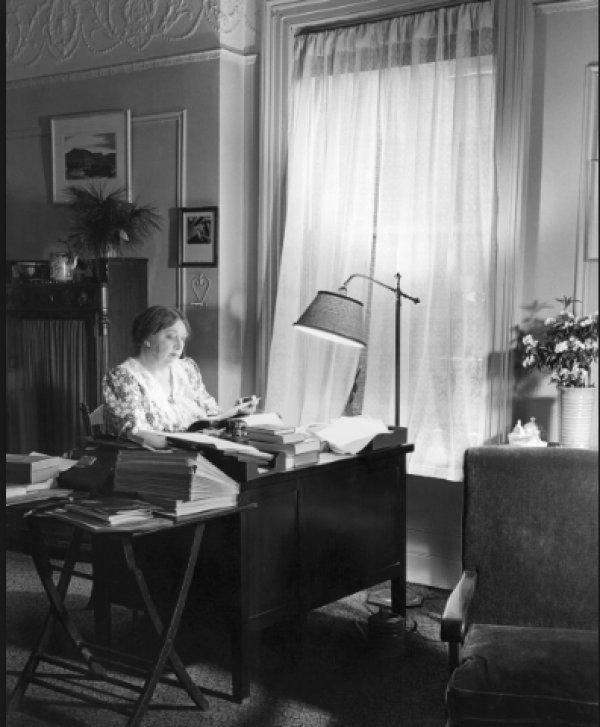 Dünyaca ünlü kadın yazarların kitap okuduğu anları #11