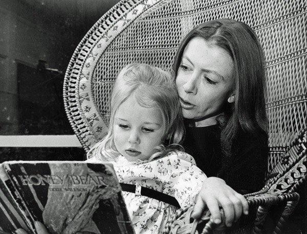 Dünyaca ünlü kadın yazarların kitap okuduğu anları #13