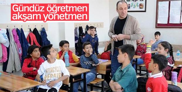 Öğrencilerini kahkahalarla derse başlatan öğretmen